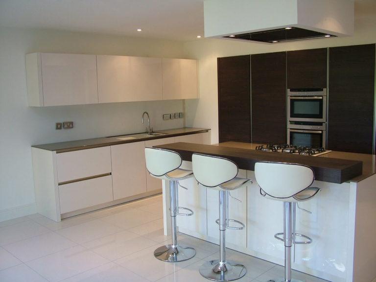 kitchen design with bar on centre island basingstoke